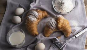 Stilleven van croissants, eieren, melk en bloem Royalty-vrije Stock Foto's