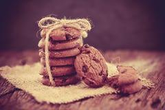 Stilleven van Dichte omhooggaande gestapelde chocoladeschilferkoekjes op servet Stock Afbeelding