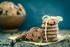 Stilleven van Dichte omhooggaande gestapelde chocoladeschilferkoekjes op servet Stock Foto's