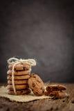 Stilleven van Dichte omhooggaande gestapelde chocoladeschilferkoekjes op servet Stock Afbeeldingen