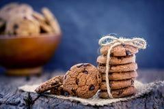 Stilleven van Dichte omhooggaande gestapelde chocoladeschilferkoekjes op servet Royalty-vrije Stock Foto