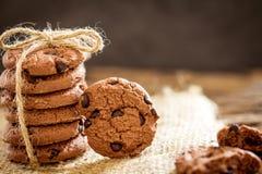 Stilleven van Dichte omhooggaande gestapelde chocoladeschilferkoekjes op servet Stock Foto