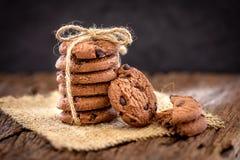 Stilleven van Dichte omhooggaande gestapelde chocoladeschilferkoekjes op servet Royalty-vrije Stock Foto's