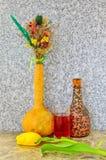Stilleven van een boeket van bloemen, een glas wijn en een kruik stock afbeeldingen