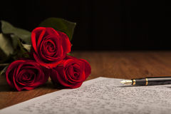 Stilleven van een vulpen, document en bloemenrozen royalty-vrije stock foto's
