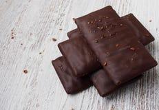 Stilleven van gebroken chocoladereep op houten lijst, Spanje Stock Afbeelding