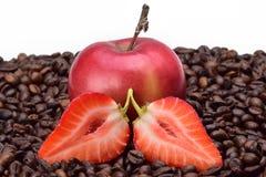 Stilleven van gesneden aardbeien, rijpe rode appel en geroosterde geurige koffiebonen royalty-vrije stock afbeeldingen