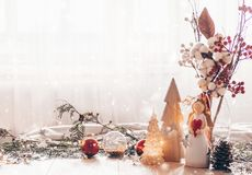 Stilleven van het Kerstmis het feestelijke decor op houten achtergrond, concept huiscomfort en vakantie royalty-vrije stock foto's