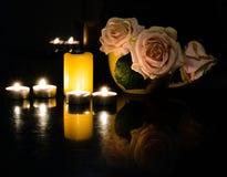 Stilleven van kaarsen en bloemen op de lijst royalty-vrije stock fotografie