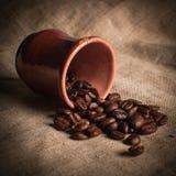 Stilleven van koffiebonen op stof stock afbeelding