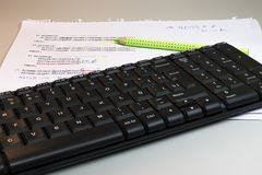 Stilleven van nota's en toetsenbord royalty-vrije stock afbeelding