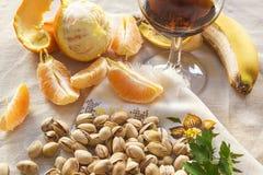 Stilleven van pistaches, peases van sinaasappel en een glas van wiskey Royalty-vrije Stock Afbeeldingen