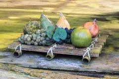 Stilleven van plastic kunstmatig fruit over een houten achtergrond Royalty-vrije Stock Afbeeldingen