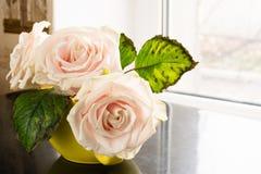 Stilleven van rozen op de lijst stock fotografie