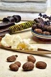 Stilleven van sheaboomnoten en boter stock fotografie