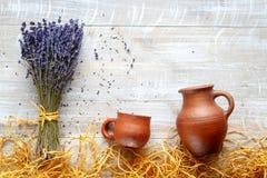 Stillevenaardewerk en lavendel - de rustieke stijl van het land stock foto's