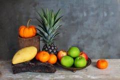 Stillevenappel, ananas, pompoenmandarijn en mango Stock Afbeeldingen