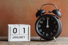 Stillevenconcept, Gelukkig nieuw jaar door houten kalender en alarmcl Stock Afbeeldingen