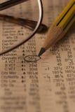 Stillevenfoto van een krant met effectenbeursgegevens Stock Foto
