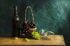 Stillevenfotografie met Oude witte wijn stock foto's