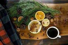 Stillevennieuwjaar, Kerstmis - een kop van koffie, mandarijnen, citroenen, okkernoten, pijnboom vertakt zich, kaneel Royalty-vrije Stock Foto's