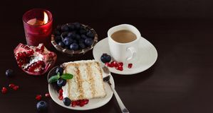Stillevenstuk van laagcake met bosbessen, chocolade Royalty-vrije Stock Afbeeldingen