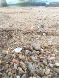 Stillhappy sandstrandförkylning Arkivfoto