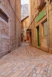 Stillhet, fridsamma små åtsittande smala gator och färgrik husnolla Royaltyfri Bild