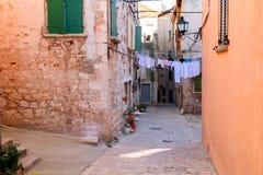 Stillhet, fridsamma små åtsittande smala gator och färgrik husnolla Royaltyfria Foton