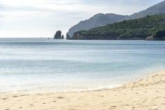 Stillhet och solig fjärd med den sandiga stranden Arkivfoto