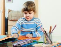 Stillhet tre år barn som skissar på papper Royaltyfria Foton