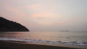 Stillhetvågor av havet på den sandiga stranden på solnedgången Solreflexion i havsvatten mot bakgrund field blåa oklarheter för g lager videofilmer