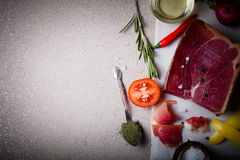 Stillife com uma parte de jamon na tabela de mármore com espaço para o te Imagem de Stock Royalty Free