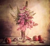Stillleben-Apfelzweige Blumenstrauß des Fall-Herbstes herbstliche Stockfoto