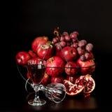 Stillleben auf einem dunklen Hintergrund Gläser des Weins (Alkohol), Früchte a Lizenzfreies Stockfoto