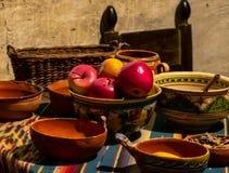 Stillleben der Frucht und der spanischen Schüsseln stockfotografie