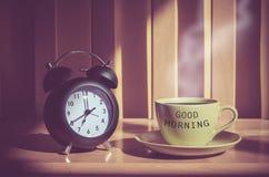 Stillleben der Kaffeetasse und des Geklappers auf Tabelle Stockfotografie