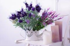 Stillleben der Lavendelblume und Kerzen auf einem weißen Stuhl schließen Ansicht Lizenzfreie Stockfotos