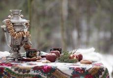 Stillleben in der russischen Art mit einem Samowar und Bageln Stockbilder