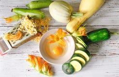 Stillleben der Zucchini und seiner Blüten Stockbild