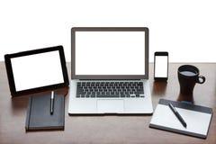 Stillleben des Arbeitsschreibtisches mit Elektronik stockbild
