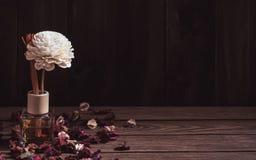 Stillleben des aromatischen Reederfrischungsmittels, Duft-Diffusor-Satz der Flasche mit Aroma haftet Reeddiffusoren auf dunkler h stockfotografie
