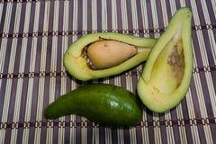 Stillleben des Avocadoschnittes zur Hälfte stockfoto