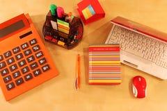 Stillleben des Bürodesktops in der orange Farbe Stockbild