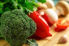 Stillleben des Brokkolis, Pfeffer, Tomate, Champignons, Knoblauch stockfotografie