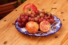 Stillleben des Herbstes trägt, mit Äpfeln, Trauben und Granatapfel Früchte Lizenzfreie Stockbilder