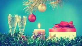 Stillleben des neuen Jahres gegen blauen Hintergrund Stockfotografie
