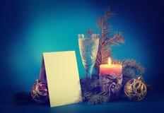 Stillleben des neuen Jahres mit einer leeren Postkarte Stockbild