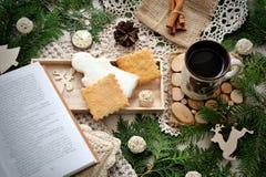 Stillleben des neuen Jahres mit Tangerinen, Tasse Tee und Plätzchen Stockfotografie
