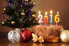 Stillleben 2016 des neuen Jahres Schokoladenkuchen und künstlicher Tannenbaum Lizenzfreie Stockbilder